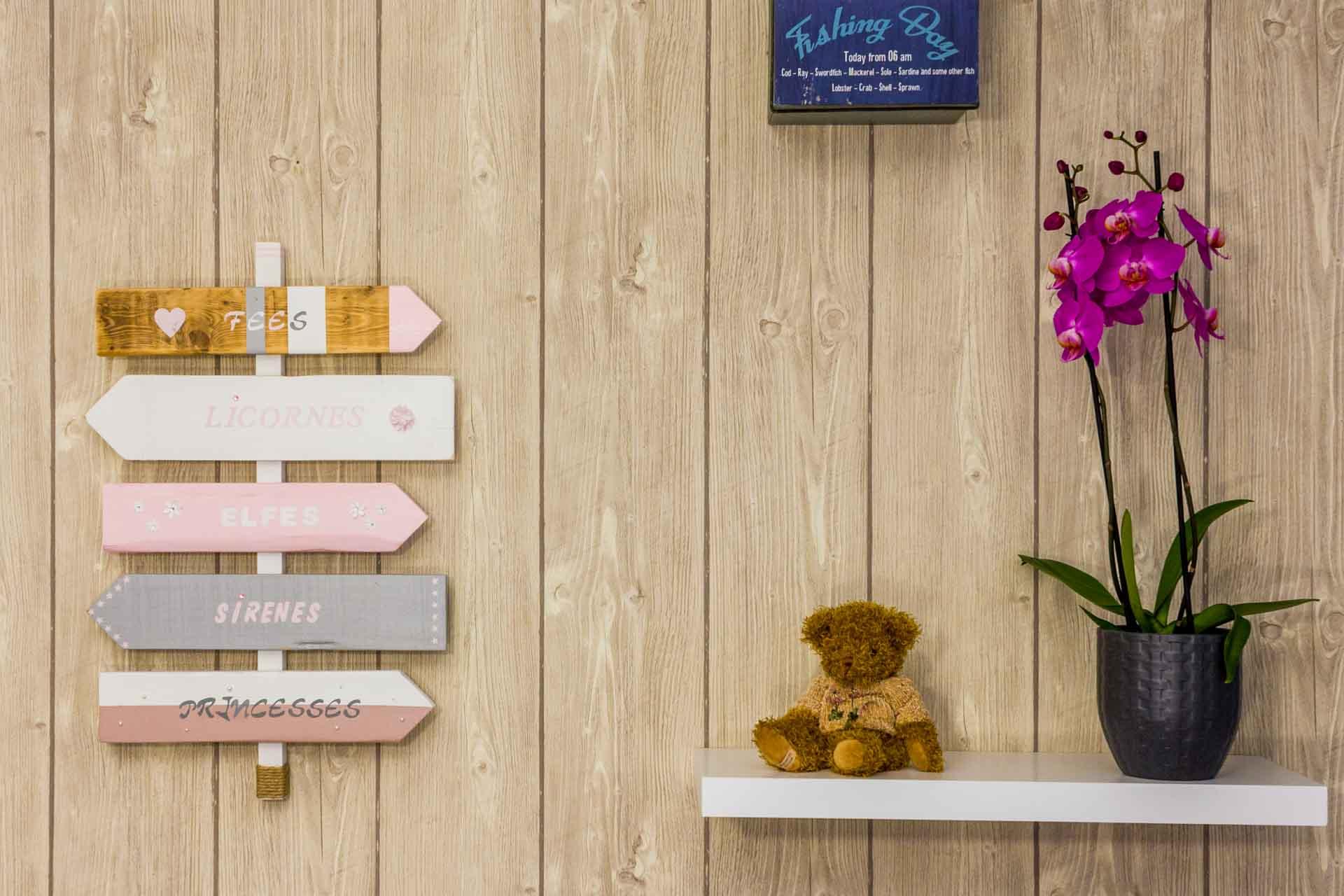 Panneau de direction dans la décoration d'une chambre d'enfant